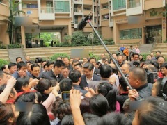 Xi surrounded by the public